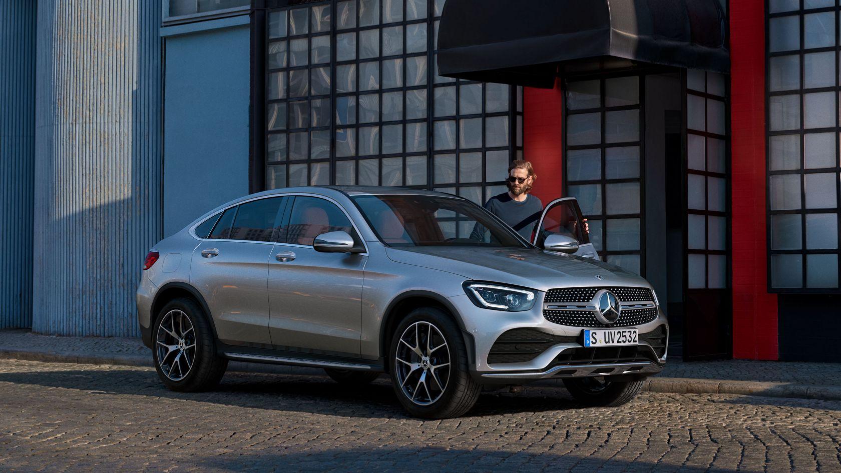 Hình ảnh xe Mercedes-Benz GLC Coupé nhìn chếch từ phía trước.